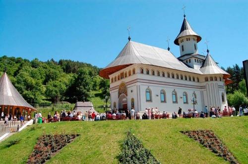 Vista de la nueva iglesia en Pângăraţi (Rumanía) dedicada a los Santos Simeón y Anfiloquio.