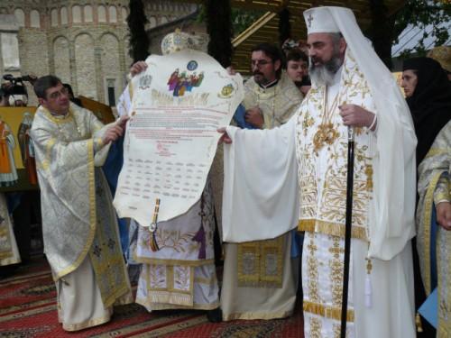 """El patriarca Daniel presentando al pueblo el """"tomos"""" sinodal con los siete Santos de Neamt durante la ceremonia de canonización."""