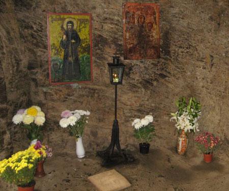 Vista del interior de la cueva donde vivió el Santo.