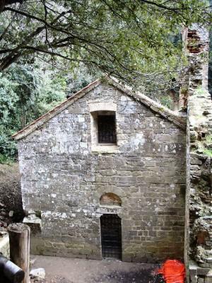 Eremo de Malavalle. Antigua ermita construida sobre el sepulcro del Santo.