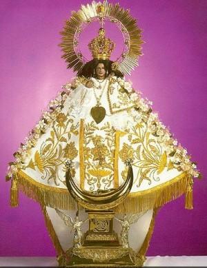 Vista de la imagen completa y vestida de Nuestra Señora del Rosario de Talpa, México.