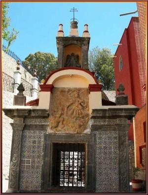 Capilla del pozo de San Miguel donde según la leyenda le ordeno cavar a Diego Lázaro para que al salir el agua la diera a los enfermos.