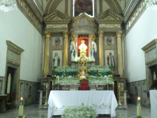 Vista del altar mayor, en el interior de la Basílica de Talpa, México.