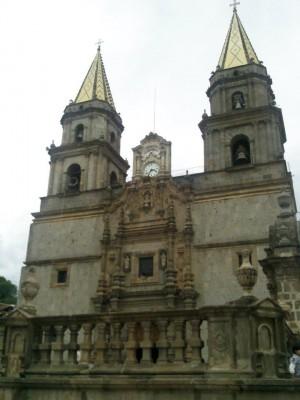 Vista de la fachada de la Basílica de Talpa, México, donde se venera la sagrada imagen.