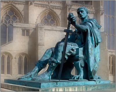 Estatua en bronce del emperador Constantino. Cd. de York, Gran Bretaña.