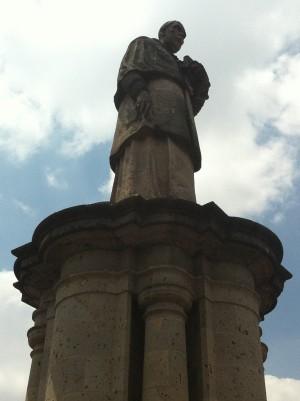 Detalle del monumento dedicado al Siervo de Dios en la plazuela del Santuario.
