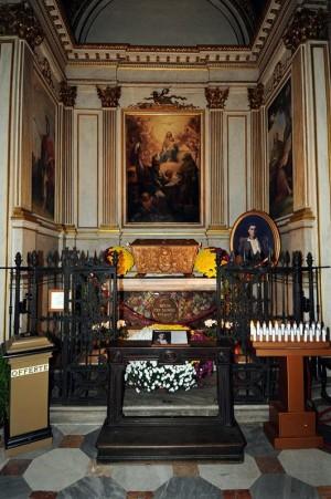 Sepulcro del Beato. Sus restos están en la urna sobre el altar.