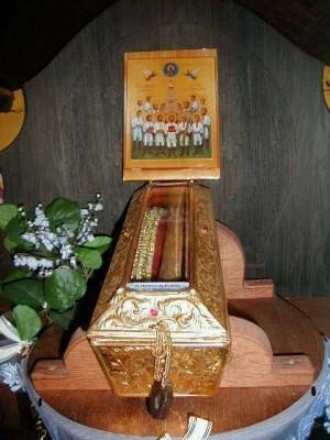 Relicario e icono de los mártires en Kostomloty (Polonia).