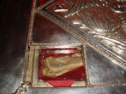 Detalle de un hueso del Santo en la urna de San Gregorio Palamas en Tesalónica, Grecia.