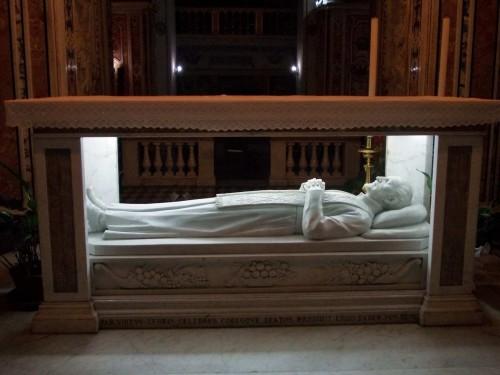 Sepulcro del santo en la Basílica de San Paolo Maggiore de Nápoles, Italia.