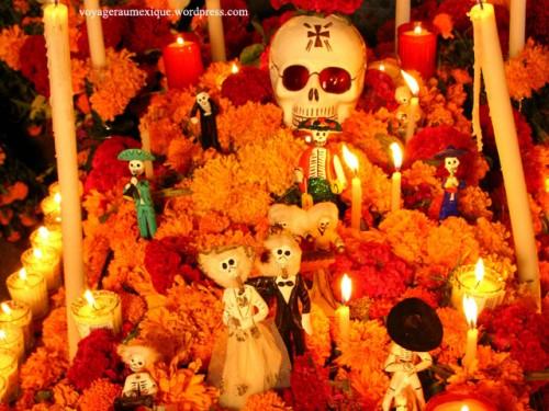 Tradicional ofrenda sobre una tumba en Pátzcuaro, Michoacán. Fuente: voyageraumexique.wordpress.com