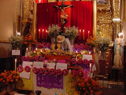 Altar de muertos en la iglesia de San Andrés en Mixquic, México, D.F.