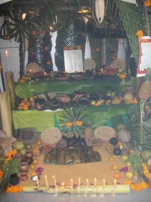 Altar indígena de Tabasco adornado con hojas de plátano.