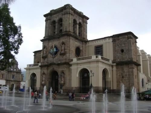 Vista de la catedral de Ciudad Guzmán, México.