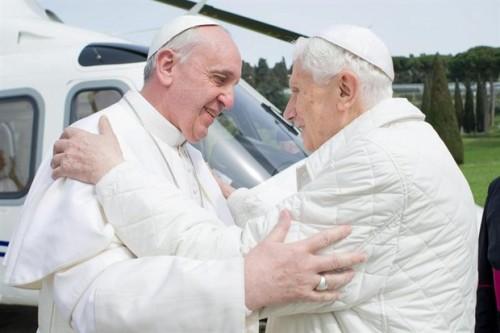 Abrazo entre Francisco, papa, y Benedicto XVI, papa emérito, en Castel Gandolfo (Italia).