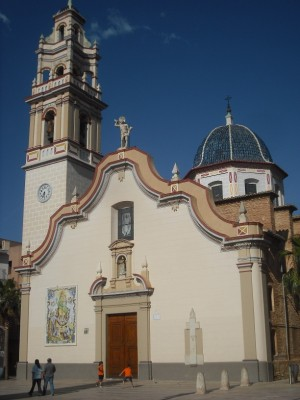 Vista de la fachada de la iglesia de la Virgen del Don, en Alfafar, Valencia (España).