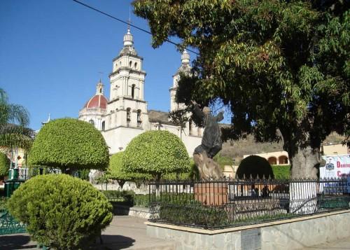 Monumento y mango en que fue ahorcado el Santo. Ejutla, México.