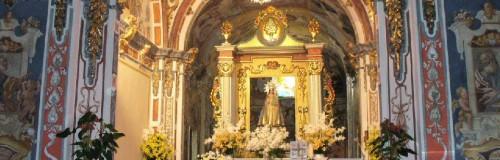 Vista del interior de la ermita de l'Avellà, en Catí, con la Virgen presidiendo el altar.