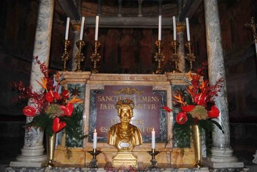 Sepulcro del Santo en el altar de la confessio de su Basílica en Roma (Italia).