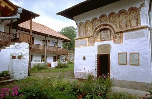 Vista de la capilla construida por el Santo en Iezeru (Rumanía).
