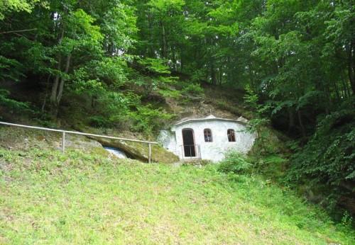 Vista de la cueva donde vivió el Santo en el monte Iezeru (Rumanía).