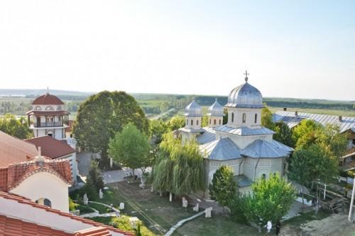 Vista de la iglesia de San Jacinto en el monasterio Dervent, Valaquia (Rumanía).