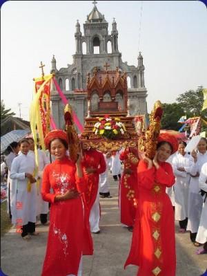 Relicario de la Santa llevado en procesión por mujeres vietnamitas.