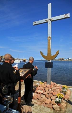 Cristianos ortodoxos rezando en el supuesto lugar del martirio del Santo.