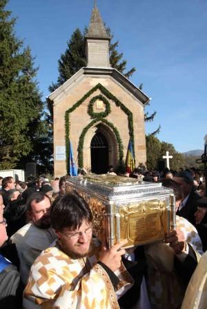 Procesión con las reliquias del Santo durante su ceremonia de canonización, en Răşinari (Rumanía).