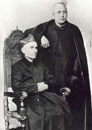 El Beato de pie, fotografiado junto al Beato Miguel Rúa.