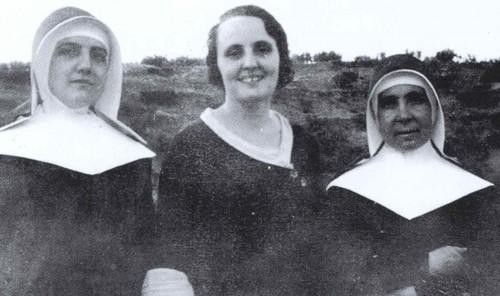 Fotografía de la Beata (dcha.) junto a otra religiosa y una antigua alumna.