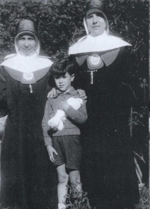 Fotografía de la Beata con otra religiosa y un alumno de educación infantil.