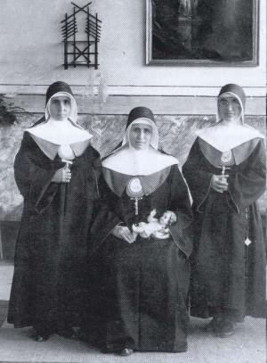 Fotografía de la Beata (izqda.) acompañada de la Superiora General y otra religiosa.