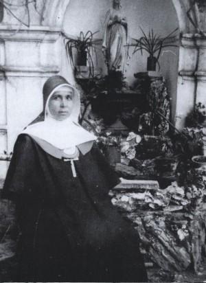 Fotografía de la Beata en la gruta del colegio de la Divina Pastora, Martos (Jaén).