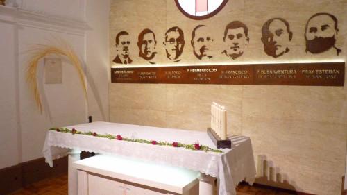 Capilla donde están enterrados los seis beatos mártires. En la pared se ve la placa que cubre el sepulcro del Beato Santos Álvaro Cejudo.