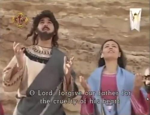 Escena del martirio en la película copta: antes de recibir el golpe mortal, los hermanos perdonan a su padre e imploran misericordia para él.