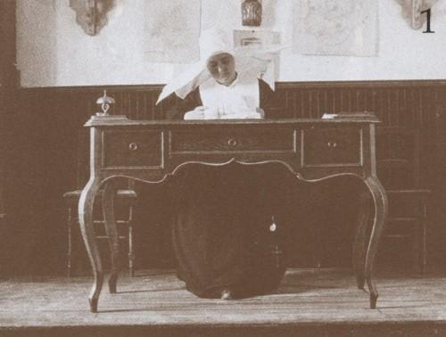 Fotografía de la Beata Melchora Adoración Cortés en su escritorio de maestra.