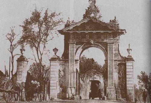 Vista de la Puerta de Hierro de Madrid (España), inicio de la carretera de Aravaca. Lugar del martirio de las religiosas.