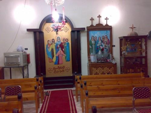 Vista de las reliquias de los Santos, en un cilindro bajo el altar a mano derecha. Iglesia de San Miguel, Bakmola (Egipto).