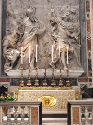 Vista del altar-sepulcro donde yacen los restos del Santo. Basílica de San Pedro del Vaticano, Roma (Italia).