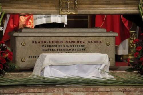 Sarcófago donde se encuentran los restos del Beato Pedro Sánchez Barba en su parroquia murciana de San Bartolomé.
