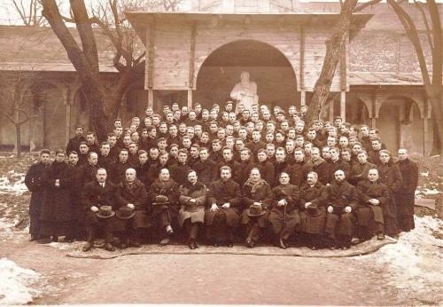 En el centro de la foto, primera fila, como rector de la Academia Teológica de Lviv.