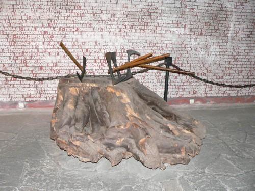 Hachas y tronco utilizados en el martirio.