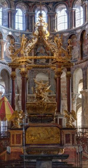 Sarcófago bajo el baldaquino. Basílica del Santo en Toulouse (Francia).