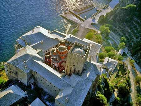Vista aérea del monasterio Dionysiou en el monte Athos (Grecia), donde vivió el Santo.