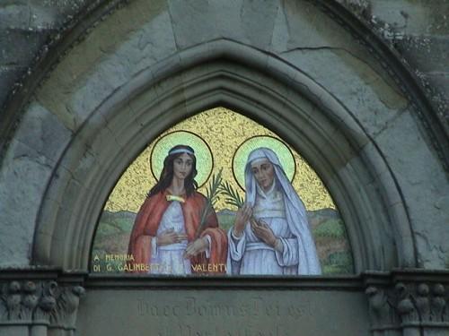 Mosaico contemporáneo de las Santas en el tímpano de su iglesia de Olmo (Italia).