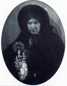 La Sierva de Dios vestida de seglar en su destierro en Francia, sosteniendo a la Virgen.