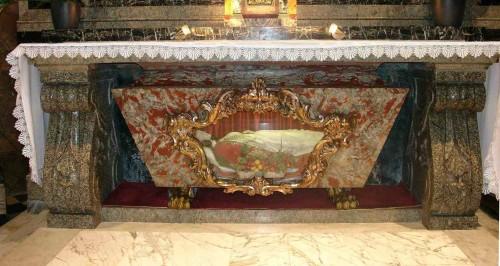 Vista del altar que contiene los restos de Santa Dorotea, mártir de Capadocia.