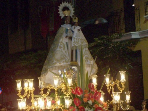 Imagen de la Virgen saliendo en procesión por las calles de Xirivella.