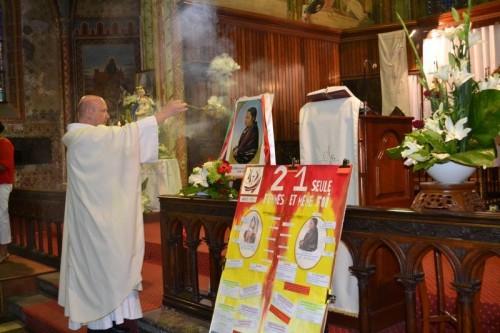 Sacerdote incensando el retrato de la Beata.